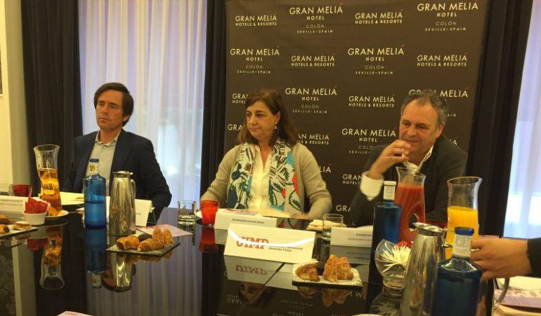 De izquierda a derecha, Eduardo Dávila Miura, Encarnación Aguilar, directora en Sevilla de la Universidad Internacional Menéndez Pelayo; y Joaquín Caparrós