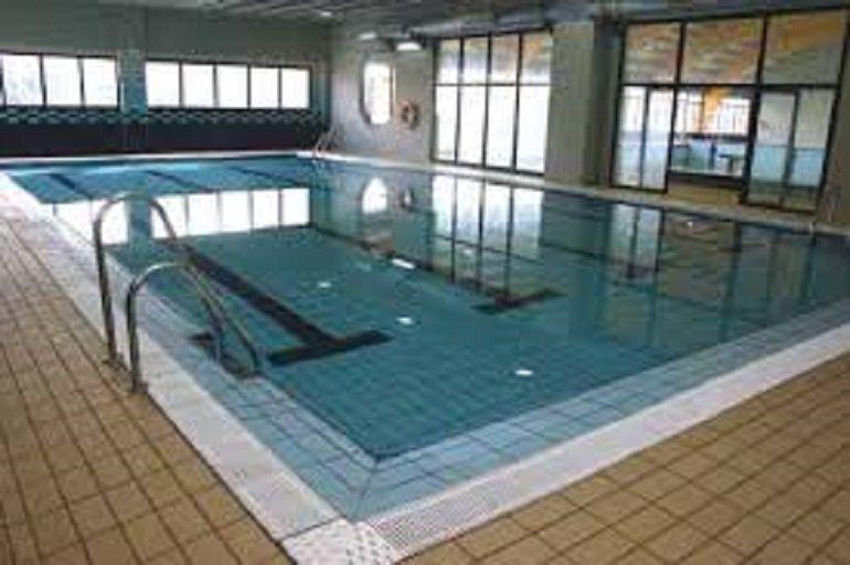 una menor muere ahogada en la piscina municipal de