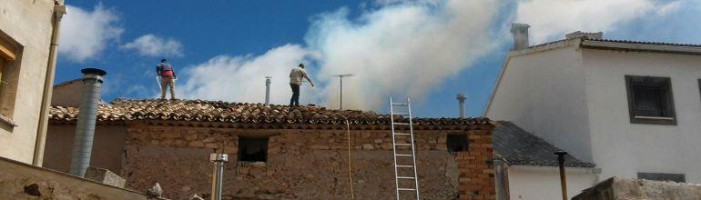 Los vecinos colaboran en la extinción del incendio de un tejado en Torralba.