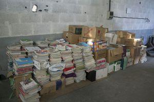 Algunos de los libros de texto usados que permanecen almacenados en una nave de la Federación de Padres y Madres de alumnos de Vigo.