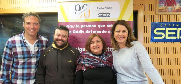 Enrique Miranda y Mirian Peralta, invitados, escoltan a los dos concursantes del programa, David y Manuela
