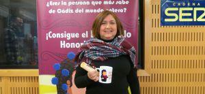 Manuela recoge su taza y diploma como concursante del Doctorado Honoris Cádiz