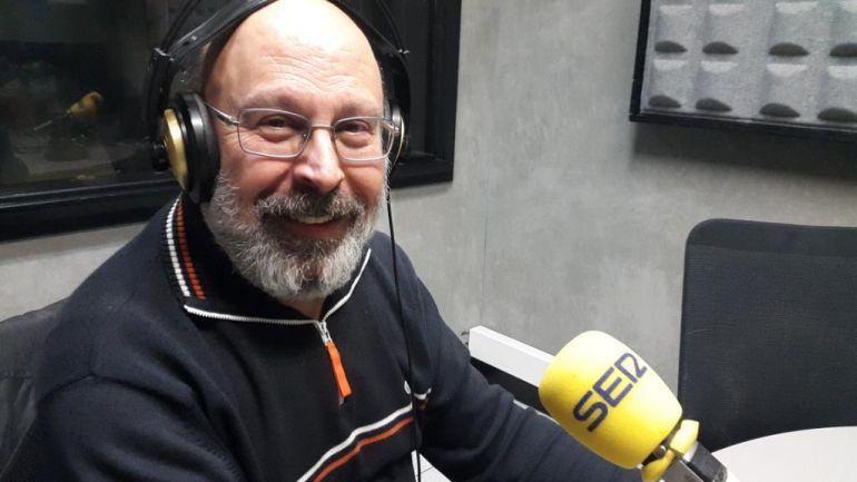 Juan Sánchez Vallejo en los estudios de Radio Eibar