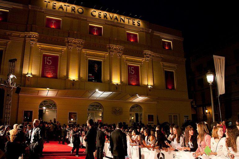Fachada del Teatro Cervantes de Málaga durante la gala de inauguración de 2015