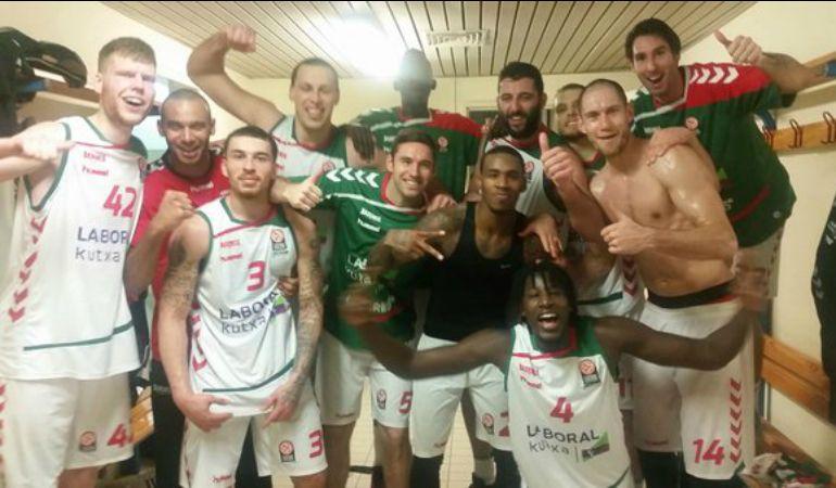 Foto del equipo baskonista en el vestuario del OAKA.