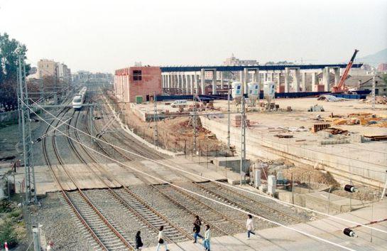 1993 - Peatones transitando por las vías antes de la finalización de las obras de la nueva estación de Córdoba