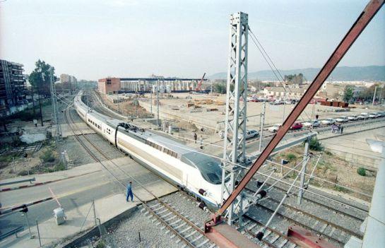 1993 - Un AVE en tránsito por el paso a nivel de Las Margaritas