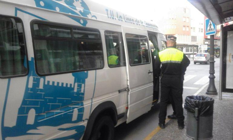 policía autobús