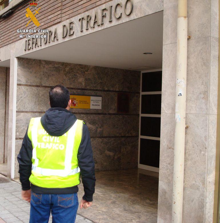 Guardia civil de palencia detenido por presentarse por - Jefatura provincial de trafico madrid ...