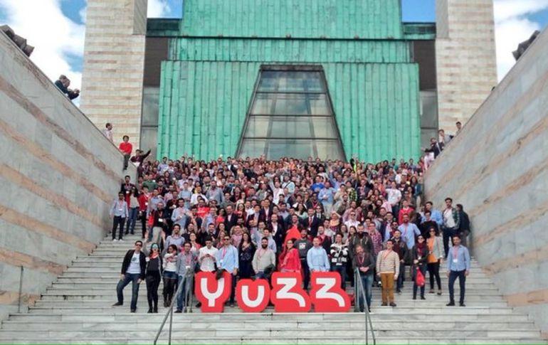 """Participantes del """"YUZZday"""" junto al Palacio de Festivales de Santander"""