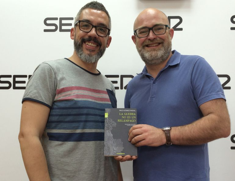 """Paco Gómez Nadal y Paco Sánchez, encargado de presentar junto al autor """"La guerra no es un relámpago"""" en Murcia."""