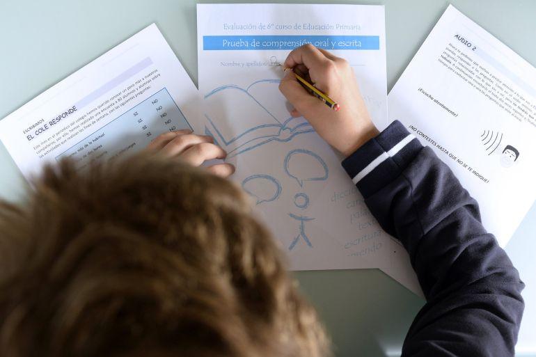 Un niño practica en su casa las pruebas de evaluación del Ministerio de Educación, Cultura y Deporte que esta semana realizarán los estudiantes de 6º de Primaria