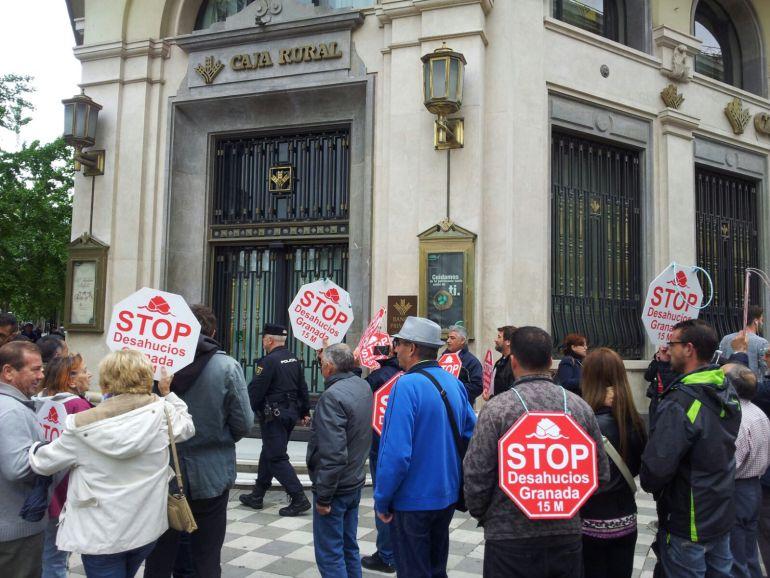Stop desahucios esperanzado la llegada de paco cuenca for Caja de granada oficinas
