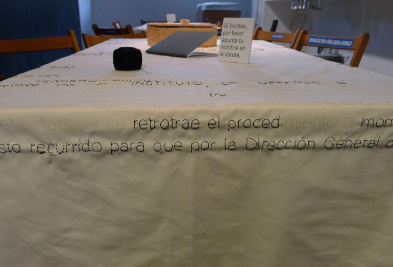 Una de las páginas de la orden ministerial que están bordando los vecinos del Cabanyal