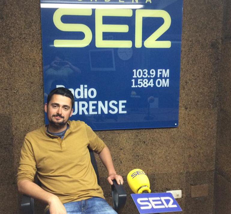 Martiño Vazquez en los estudios de Radio Ourense