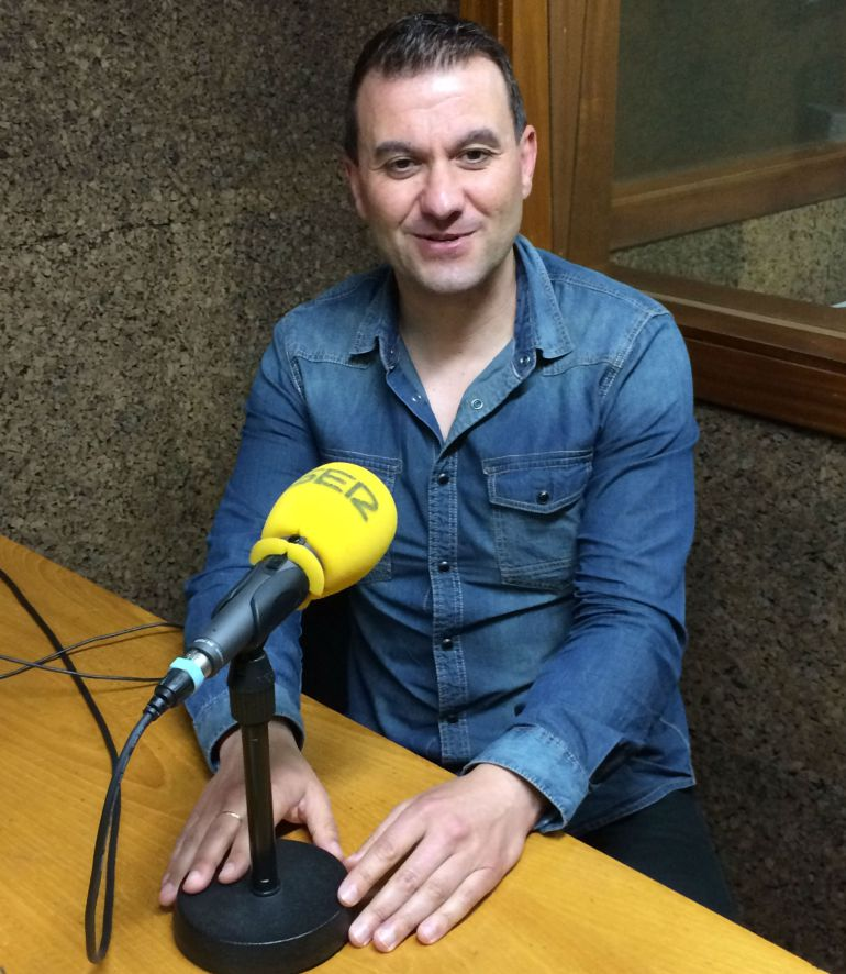 Ignacio Gómez en los estudios de Radio Ourense