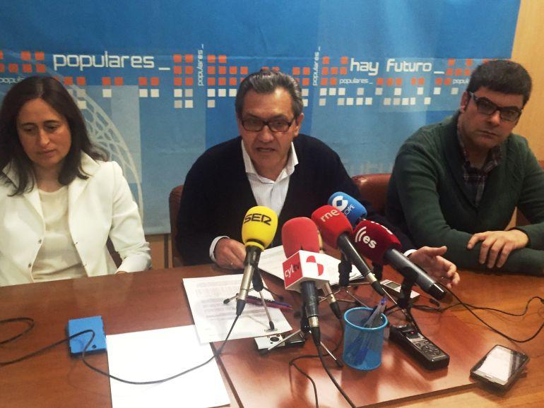 El portavoz del PP, Adolfo Canedo, y concejales del grupo municipal popular