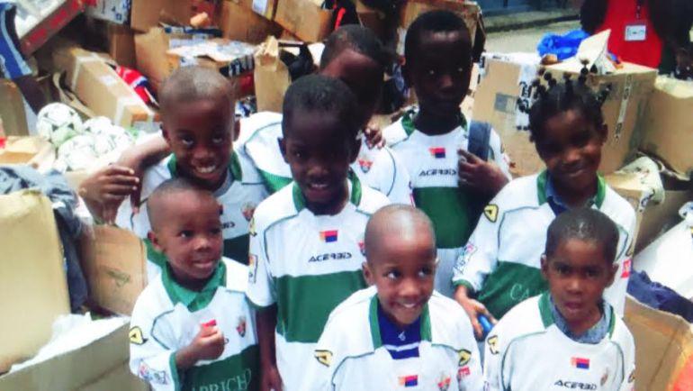 Los niños de Guinea Ecuatorial con sus camisetas del Elche C.F.