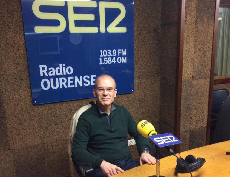 Vázquez Barquero en los estudios de Radio Ourense