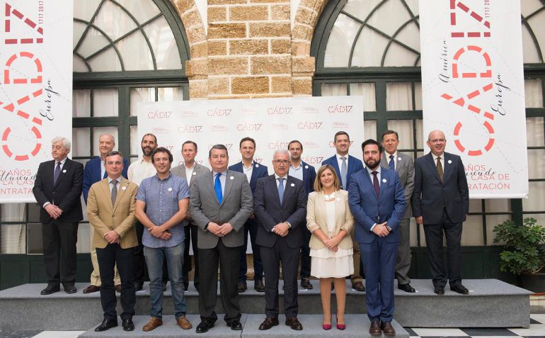 Foto de familia tras la firma del protocolo para celebrar los 300 años de la Casa de Contratación