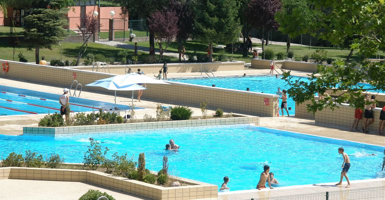 Las piscinas municipales de sanse ampl an su horario y for Piscinas municipales verano madrid