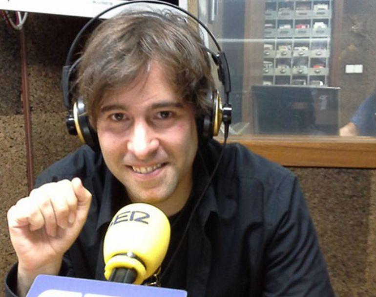 El artista Daniel minimalia en los estudios de Radio Ourense