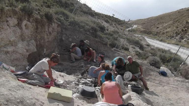 Trabajos de excavación, documentación y catalogación de restos en el yacimiento 'Baza-1' durante la campaña de 2015