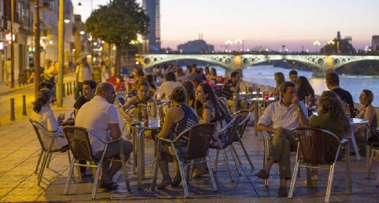 Urbanismo propone limitar veladores y hora en Betis, San Fernando y Constitución