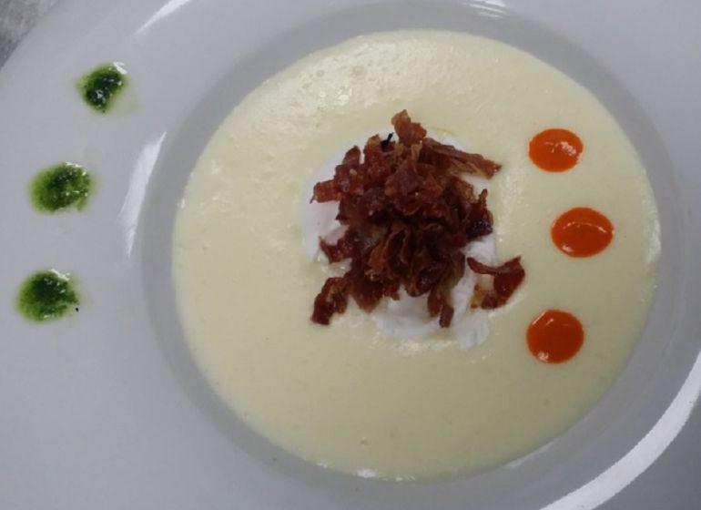 Huevo roto sobre crema de patata, crujiente de jamón de Guijuelo y puré de pimientos