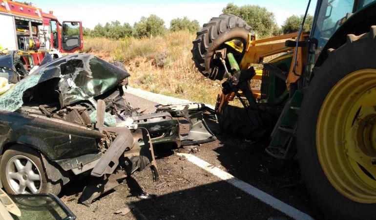 Resultado de imagen de choque tractor y coche