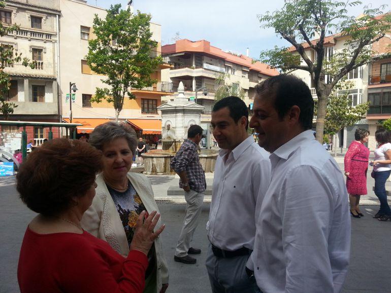 José Pazos, a la derecha de la imagen, en la campaña electoral de las municipales de 2015 hablando con vecinas de Dúrcal(Granada) junto al líder regional del PP, Juanma Moreno