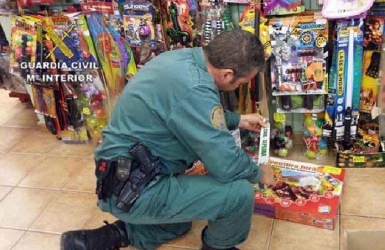 Un agente requisa una partida del juguete inmovilizado