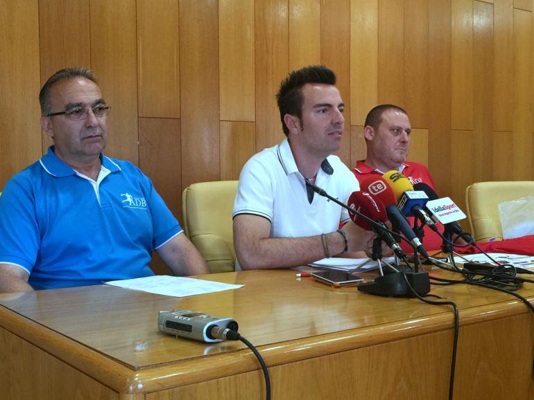 El edil de Deportes, Fernando Gómez, flanqueado por los organizadores