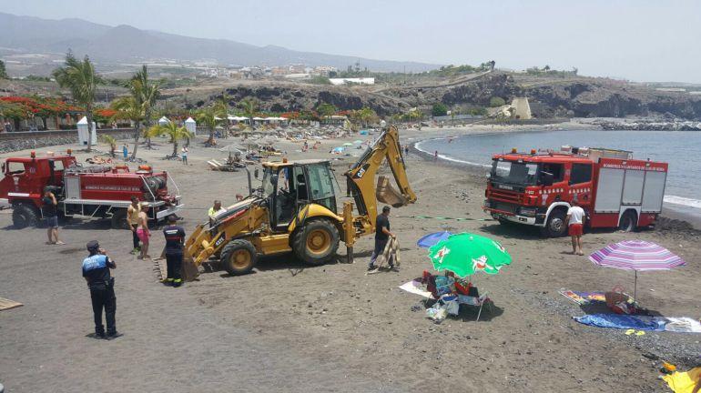 El rescate de un ba ista termina con una ambulancia y un cami n de bomberos encallados en la - Jardineros tenerife ...