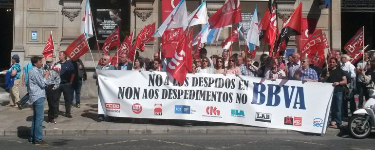 A coru a delegados sindicales del bbva protestan por 14 for Oficinas bbva en vigo