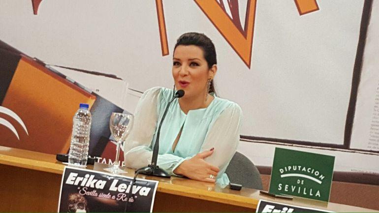 """La cantante Erika Leiva durante la presentación de su espectáculo """"Sevilla siente a Rocío"""" en el Teatro de la Maestranza."""