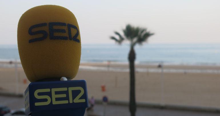 El micrófono de Radio Cádiz ante el Paseo Marítimo de la capital gaditana