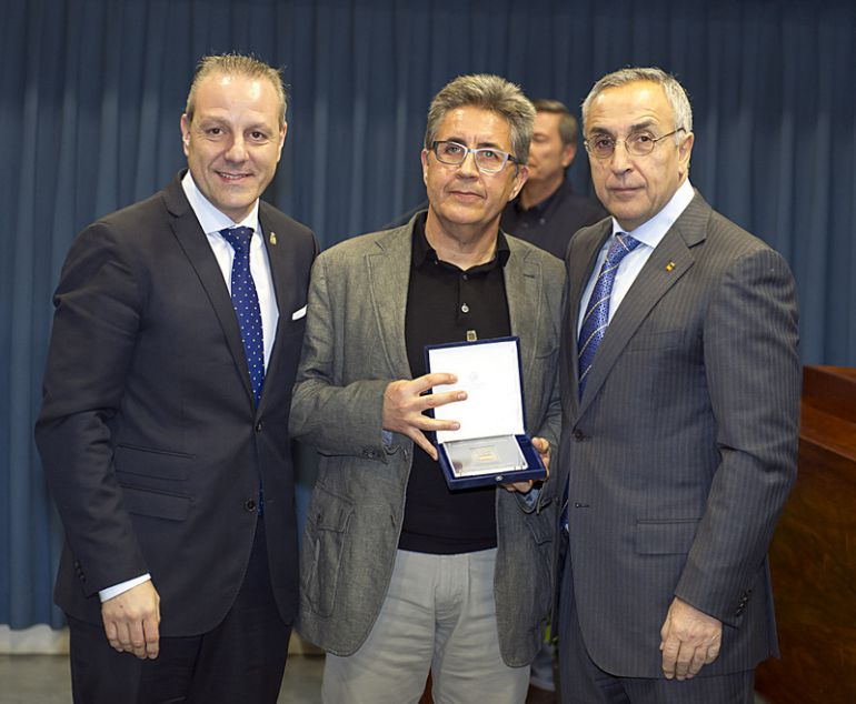 Nuevo éxito en la carrera de Ángel Sandoval (C) en el banquillo