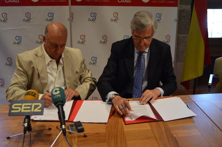 El responsable de Yemas de Santa Teresa,Julian Gil, y  el alcalde de Ávila, Jose Luis Rivas en la firma del convenio.