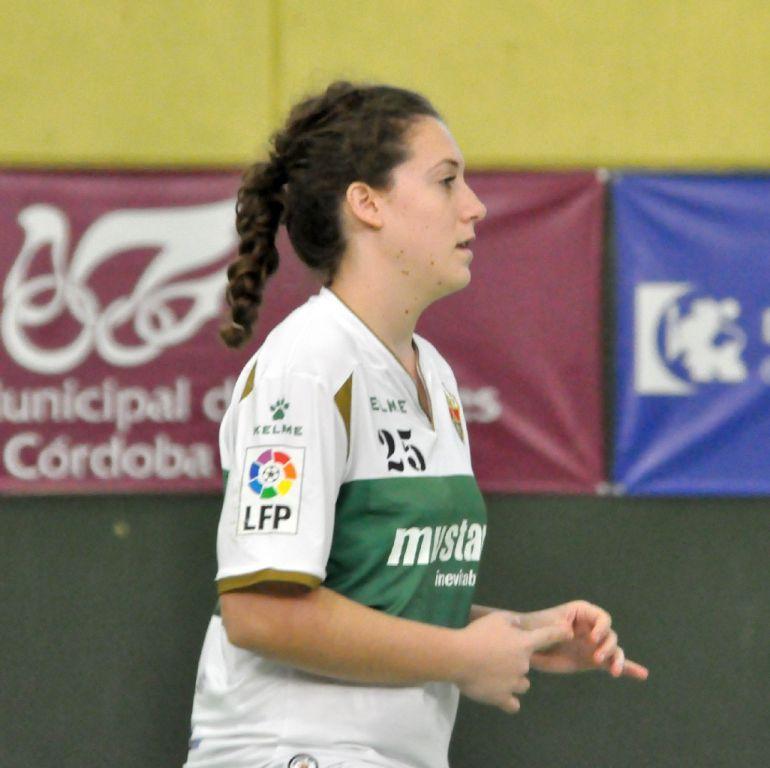 Laura Ruiz con la camiseta del Elche Mustang