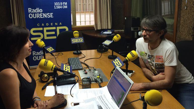 Juan Tallón (dcha.), con Cristina Carballo en los estudios de Radio Ourense
