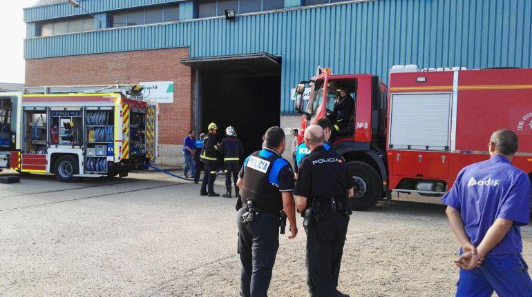 Los bomberos sofocan un incendio en las naves de Adif