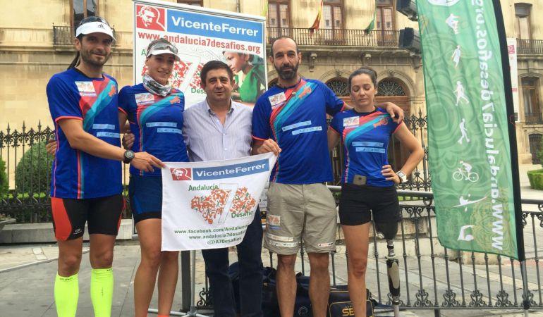 Los componentes de 'Andalucía 7 Desafíos' junto al presidente de la Diputación, Francisco Reyes