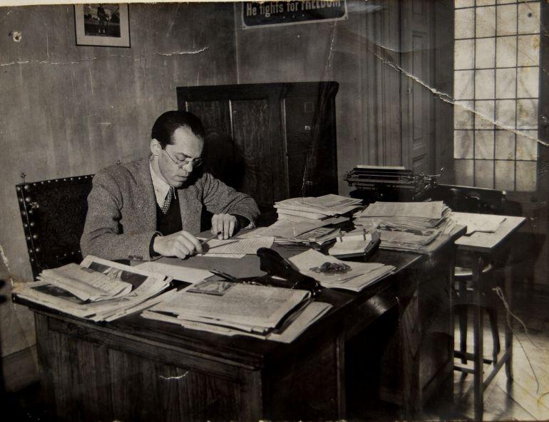 Jaime Menéndez trabajando en su despacho de la Embajada de Estados Unidos