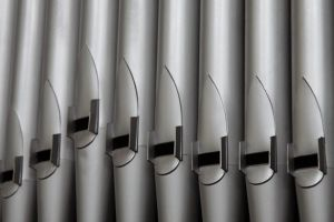 Los tubos, encargados de reproducir el sonido, son de diferentes longitudes y materiales