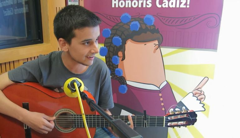 Miguel Novo interpreta varios pasodobles en la semifinal del Doctorado Honoris Cádiz