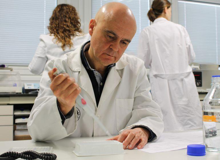 El investigador de la UJA, José Juan Gaforio, en uno de los laboratorios de la universidad