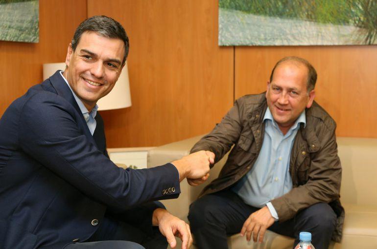 El candidato socialista, Xaquín Fernández Leiceaga, en una reunión con Pedro Sánchez
