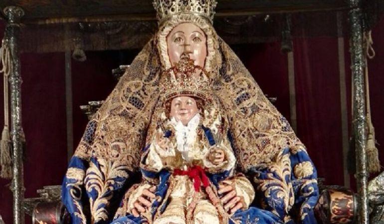 Primera salida de la virgen de los reyes tras su ltima for Mudanzas virgen de los reyes