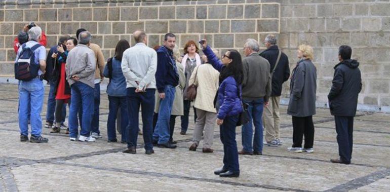 Un grupo de turistas contemplan el Monasterio de San Juan de los Reyes en Toledo
